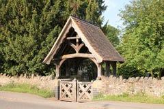 Lychgate på den Madresfield kyrkan, England Arkivfoton