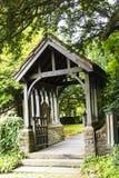 Lychgaten av kyrkan för St Christopher ` s är i den lilla byn av Pott Shrigley, Cheshire, England Arkivbild