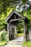Lychgaten av kyrkan för St Christopher ` s i den lilla byn av Pott Shrigley, Cheshire, England Royaltyfri Bild