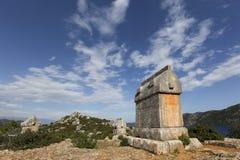 Lycian样式石棺在Simena古老站点,沿土耳其的地中海海岸 免版税库存图片