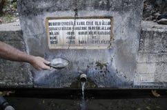 Lycian足迹,土耳其,水的老水源,人` s手拿着水盘, 免版税库存照片
