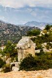 Lyciangraven tegen de achtergrond van de bergen in Simena Stock Foto's