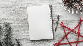 Lyckönskan med moderna beståndsdelar, med utrymme för jul och nya ferier, det moderna meddelandet semestrar Royaltyfri Bild