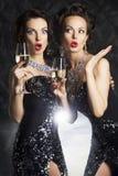 Lyckönskan! Modefolk med wineexponeringsglas o Arkivbilder