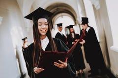 Lycka asiatisk flicka intelligens diplom royaltyfri foto