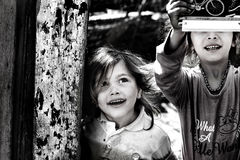 Lycka av de fattiga barnen royaltyfria foton