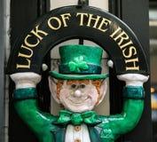 Lycka av den irländska statyetten arkivbild