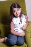 Lycka av den smal arabiska flickan hemma royaltyfri fotografi