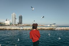 Lycka Barcelona Spanien för frihet för flickafågelhav Arkivfoto