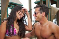 lycka för stirra för attraktiva för pojkvänbegrepp för strand som härliga ögon för par rolig har henne att semestra barn för kvin Arkivbild