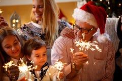 Lycka jul, familjbegrepp-familj med spridare Chri royaltyfria foton