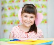 Lycka - le flickan med rosa hjärta Royaltyfria Bilder