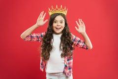 Lycka och gl?dje Jag ?r precis den b?sta ungen att b?ra guld- kronasymbol av prinsessan Den gulliga flickan behandla som ett barn royaltyfria foton