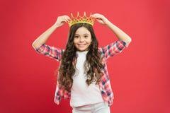 Lycka och gl?dje Ungen b?r guld- kronasymbol av prinsessan Den gulliga flickan behandla som ett barn kl?derkronan Blivet prinsess royaltyfria foton