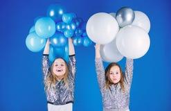 Lycka och gladlynta ?gonblick Carefree barndom Starta detta parti Systrar organiserar det hem- partiet Ha roligt begrepp royaltyfri bild