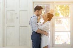 Lycka- och romantikerplatsen av förälskelseasiatpar blir partner med danandeögonkontakten arkivfoto