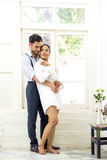 Lycka- och romantikerplatsen av förälskelseasiatpar blir partner med danandeögonkontakten Royaltyfria Bilder