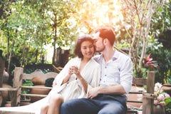Lycka- och romantikerplatsen av förälskelseasiatpar blir partner med den danandeögonkontakten och kyssen arkivfoto