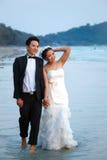 Nygift person kopplar ihop den gå stranden arkivbild