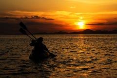 Lycka- och romantikerplatsen av förälskelsepar blir partner med att kanota Royaltyfri Foto