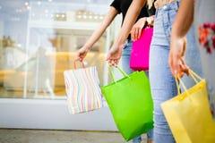 Lycka, v?nner, shopping och roliga begrepp-le unga kvinnor med shoppingp?sar arkivbild