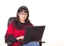 lyckabärbar dator använder kvinnan Royaltyfri Foto