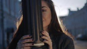 Lyckabegrepp - lycklig kvinna med mörkt hår som ler och har gyckel på stadsgatan under autumm stock video