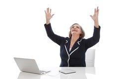 Lyckad affärskvinna - äldre kvinna som isoleras på vit backgr Arkivfoto