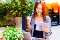 Lyckad affärskvinna för stående Attraktiv härlig affär arkivfoto