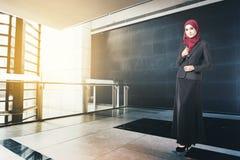 Lyckad affärskvinna med dräkten, stående innehavbok i det moderna kontoret arkivfoto