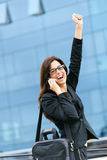 Lyckad affärskvinna på telefonen som lyfter armen Royaltyfri Foto