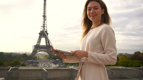 Lyckad affärskvinna som arbetar med bärbara datorn nära Eiffeltorn i ultrarapid lager videofilmer