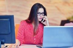 Lyckad affärskvinna som arbetar på kontoret Arkivfoto