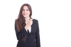Lyckad affärskvinna som gör gest för bra lycka, genom att korsa f Royaltyfri Bild