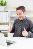 Lyckad affärsman på kontoret. Royaltyfria Foton