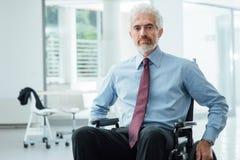Lyckad affärsman som övervinner handikapp Royaltyfria Foton