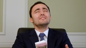 Lyckad affärsman som ber för många i kontoret Royaltyfri Foto