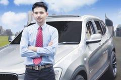 Lyckad affärsman som framme tar fotoet av den lyxiga bilen royaltyfri fotografi