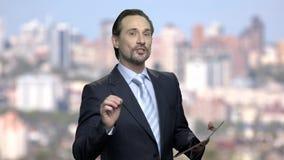 Lyckad affärsman som ger presentation till företagspartners arkivfilmer