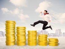 Lyckad affärsman som hoppar upp på pengar för guld- mynt Royaltyfri Bild