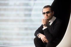 Lyckad affärsman som poserar i lyxiga lägenheter Royaltyfri Foto