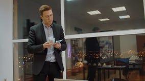 Lyckad affärsman som räknar vinst från bunt av pengar i affärskontor stock video