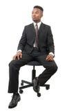 Lyckad affärsmandräkt och band som placeras på svart stol på vit bakgrund Royaltyfria Foton