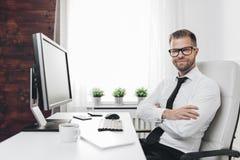 Lyckad aff?rsman som arbetar i hans kontor arkivfoto