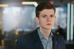 Lyckad ambitiös säker stående för ung man royaltyfria bilder