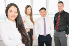 Lyckad asiatisk affärskvinna med affärslaget Royaltyfria Bilder