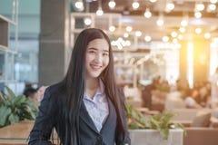 Lyckad asiatisk affärskvinna med vikt le för händer royaltyfri bild