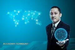 Lyckad asiatisk affärsman med det faktiska globala nätverket Arkivfoto