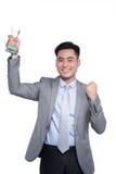 Lyckad asiatisk affärsman som rymmer en trofé på vit backgroun arkivfoto
