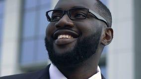 Lyckad befordran för afrikansk amerikanmanfröjd, affärsmål, motivation lager videofilmer